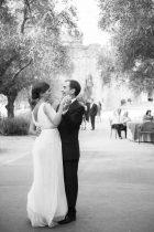 Fotografía en blanco y negro del primer baile de los novios
