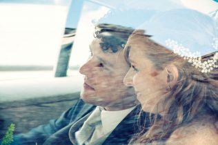 Pareja de novios en el coche tras la boda.