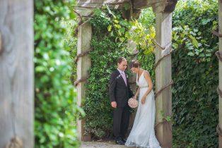 Sesión de boda de la pareja de novios en un jardín