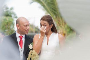 El novio y la nova emocionada se seca una lágrima durante la celebración de la boda
